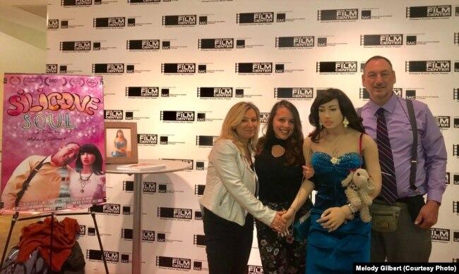 Героі і стваральніцы «Сыліконавай душы» на кінафэстывалі ў ЗША. Зьлева направа — рэжысэрка Мэлады Гілбэрт, прадусарка Думітрыца Пачыкоўскі, лялька Джэкі і яе муж Джон