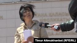 Инкар Тиштыбаева, активист из Нур-Султана, дает интервью Азаттыку об отказе акимата города на заявку провести митинг «по земельному вопросу». 18 мая 2018 года. Архивное фото.