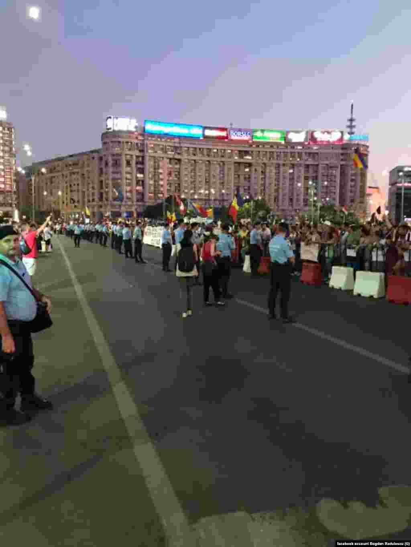 Jandarmii au păzit zona delimitată pentru proteste chiar și când Piața se umpluse