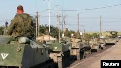 Російські військовослужбовці на бронетранспортерах, Каменськ-Шахтинський, Ростовська область, 15 серпня 2014 року