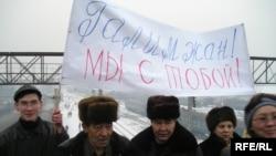 Оппозиция жақтастары қамау орнынан бостандыққа шыққан ҚДТ жетекшісі Ғалымжан Жақияновты қарсы алып тұр. Алматы, 15 қаңтар 2006 жыл.