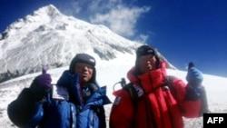 Жапониялық 80 жастағы Юкихиро Миура (оң жақта) мен оның баласы Гота Эверест шыңына шығатын сәтте. 22 мамыр 2013 жыл.