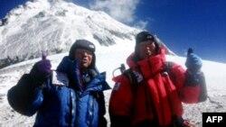 80-лентий альпинист Юкихиро Миура (справа) и его сын Гота перед началом восхождения на Эверест, 22 мая 2013 года.