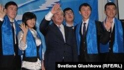 """Мақсұт Нәрікбаев """"Әділеттің"""" жас мүшелерімен бірге. Астана, 3 желтоқсан 2011 жыл"""