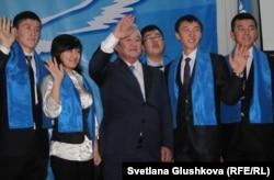 Председатель партии «Адилет» Максут Нарикбаев со своими молодыми активистами на внеочередном съезде. Астана, 3 декабря 2011 года.