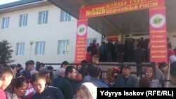 Люди у избирательного участка в Оше. 27 марта 2016 года.