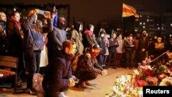 Emberek gyülekeznek Minszkben, hogy meggyászolják egy kormányellenes tüntető, Raman Bandarenka halálát, akit szerintük a belarusz biztonsági erők vertek halálra. 2020. november 12.