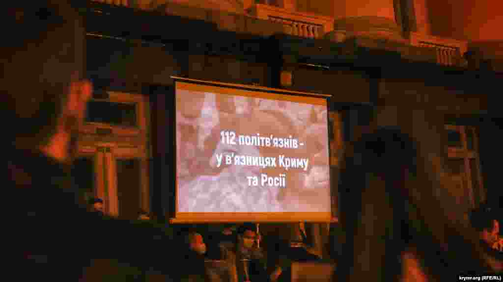 Под Офисом президента Украины, организаторы акции показали двадцатиминутный ролик, состоящий из интервью с бывшими заключенными и их семьями