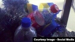 Міліцыянты выкідвалі адабраныя ўкраінскія стужкі ў сьметніцу на ўваходзе ў «Менск-Арэну»