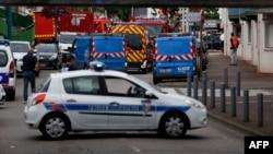 Fransiýanyň polisiýasy hristian kilisesinde zamun alyşlygyň bolan ýerinde, Fransiýanyň Normandiýa regiony (St.-Étienne-du-Rouvray), 26-njy iýul, 2016