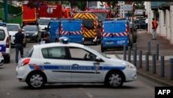 Французские полицейские и пожарные на месте захвата заложников в церкви в Сент-Этьен-дю-Рувре (26 июля 2016)