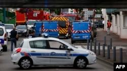 Поліція і пожежники поблизу церкви, де захопили заручників