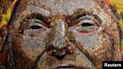 Портрет Трампа из монет.