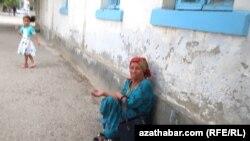 Женщина, просящая мылостыню на одной из улиц Ашхабада.