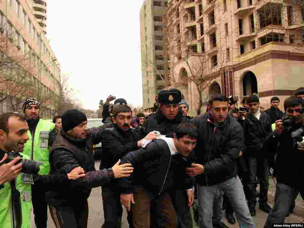 Поліція Азербайджану затримала щонайменше 15 людей під час розгону антиурядової акції протесту в столиці країни Баку.
