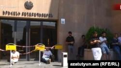 Бір топ демонстрант Ереван мэриясына кіреберісті жауып отыр. Армения, 25 маусым 2018 жыл.