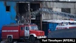 Өрт өчүргүчтөр Качалов базарындагы өрт болгон жатак жайда. Москва, 3-апрель 2012