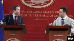 Anders Fogh Rasmussen i Nikola Gruevski na pres konferenciji u Skoplju, 18. jun 2010.
