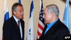 Премьер-министр Нетаньяху (справа) и специальный посланник квартета международных посредников Тони Блэр