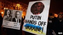 Участники акции протеста против действий России в Крыму. Познань, март 2014 года