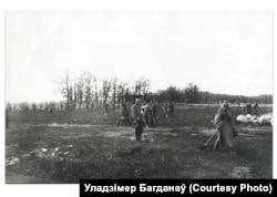 Расейскія санітарныя каманды са сьвятарамі зьбіраюць целы на Велікоднае замірэньне 24-25 красавіка 1916 году