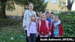 Učenici i učiteljica u školi u Sasama