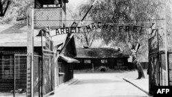 Вход на территорию нацистского концлагеря Аушвиц-Биркенау (Освенцим), расположенного на территории Польши. Апрель 1945 года.