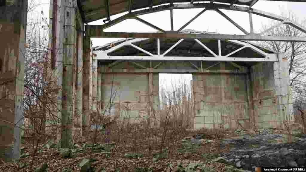 Покинутий адміністративний корпус заводу «Кримська Роза»