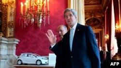 Джон Керрі (попереду) і Лоран Фаб'юс під час зустрічі в Парижі, 26 червня 2014 року