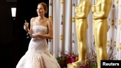 "U.S. -- Jennifer Lawrence poses backstage after she won the Oscar for Best Actress for her role in ""Silver Linings Playbook"" at the 85th Academy Awards in Hollywood, California, 24Feb2013"