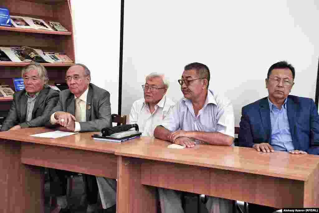 В палатке библиотечной сети Алматы была организована встреча с маститыми казахскими писателями. На снимке (слева направо): Исраил Сапарбай, Советхан Габбасов, Султан Калиев, Магауия Аденов (художник), Нурдаулет Акышев.