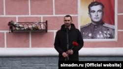 Ексвіцемер Сімферополя Олександр Макарь на тлі портрета Амет-Хана Султана, 1 лютого 2020 року