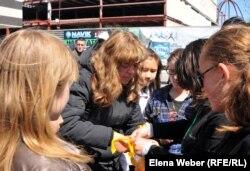 Участники акции в знак поддержки семьи Егора Хмиля, раздают желтые ленты прохожим. Темиртау, 26 мая 2012 года.