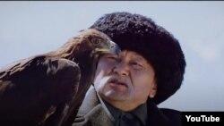 Марат Жантелиев Саякбай манасчынын ролунда.