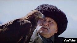 Марат Жантелиев в образе манасчи Саякбая.