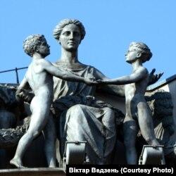 Скульптура багіні Дэмэтры зь дзецьмі (дарэвалюцыйная) на будынку цяперашняга Міністэрства ўнутраных спраў. Фота Віктара Ведзеня