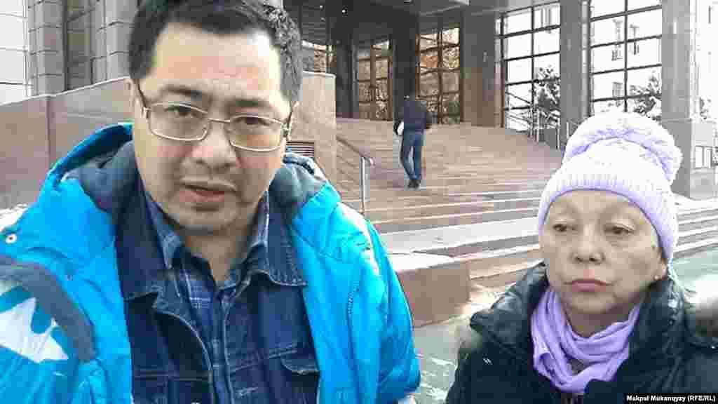 21 ноября в Алматы судебные исполнители выселили 56-летнюю Бибижан Сембаеву вместе с ее 72-летней сестрой Галиной Сембаевой и 17-летней дочерью Нейлей Сембаевой из однокомнатной квартиры. Женщина не смогла вернуть взятый в банке кредит. На следующий день Бибижан Сембаева вместе со своим представителем Ермеком Нарымбаевым (на фото) обратились в прокуратуру с просьбой разрешить семье пожить в квартире еще какое-то время. В прокуратуре пообещали рассмотреть заявление.