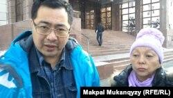 Выселенная Бибижан Сембаева со своим представителем Ермеком Нарымбаевым. Алматы, 22 ноября 2013 года.