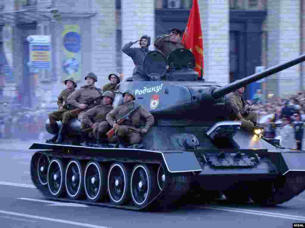 Хрещатиком їде танк-легенда часів Другої Світової війни Т-34.