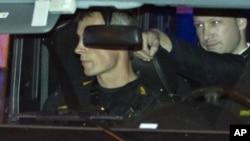 Андерс Брейвик в полицейском автомобиле