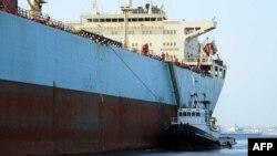 Pamje e një anijeje me imigrantë në portin Mesina në Sicili të Italisë