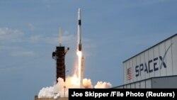 Rachetă SpaceX Falcon 9 transportând o navă spațială Crew Dragon