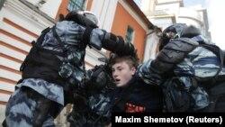 Дії поліції Росії під час затримання учасника акції протесту, Москва, 10 серпня 2019 року