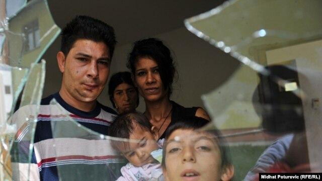 Polomljeni prozor u romskoj kući u Oseniku, 2. avgust 2011.