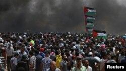 В результате столкновений на границе Сектора Газа погибли по меньшей мере 52 палестинца