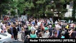 Десятки журналистов, политиков и представителей НПО сочли своим долгом собраться во дворе издательского дома «Медиа Палитра»