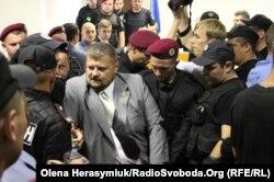 Народного депутата Ігоря Мосійчука виводять з зали суду через бійку з правоохоронцями