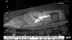 Тепловое изображение лодки, под ней — подозреваемый в организации теракта на Бостонском марафоне Джохар Царнаев. 19 апреля 2013 года.