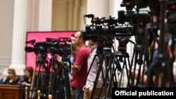 Камермани и новинари - илустрација