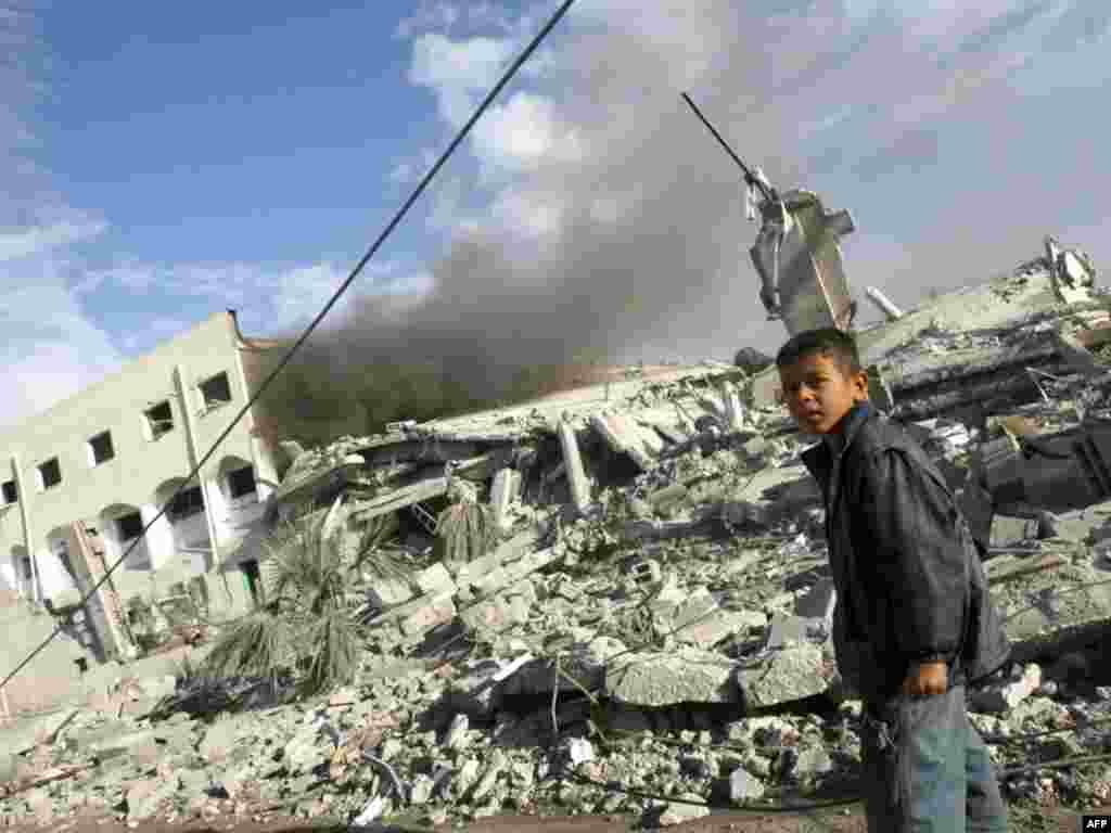 Palestina - Palestinski dječak ispred ruševina nakon izraelskog zračnog napada.